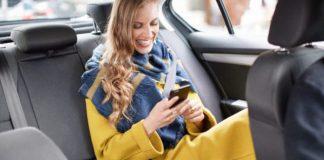 Uberでは今や、乗客がドライバー評価し、その場でチップを与える事ができます。