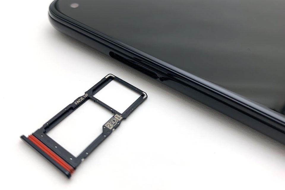 左側側面にあるSIM/microSDカードスロット