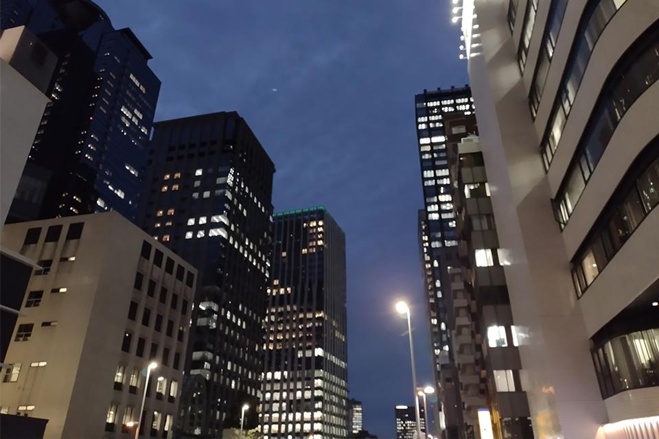 編集部撮影例:暗い夜の景色ですが…